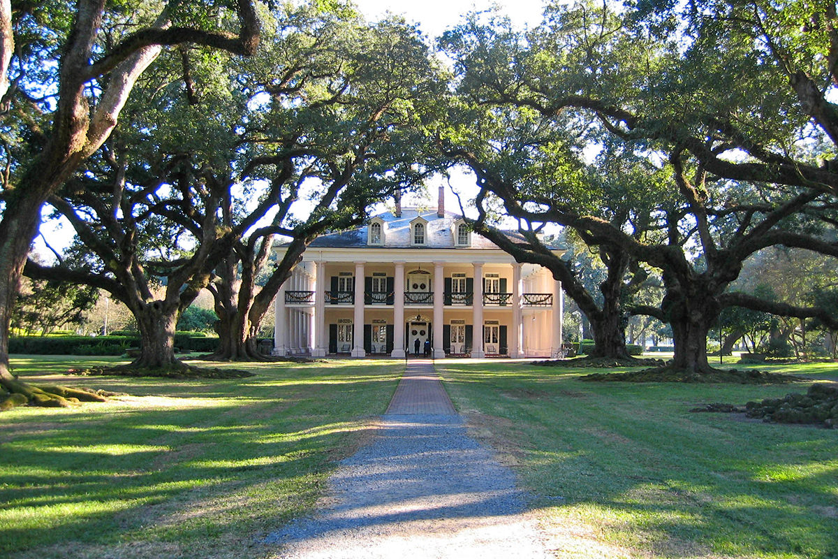 A huge and well-kept Southern mansion with stately columns called Oak Alley.