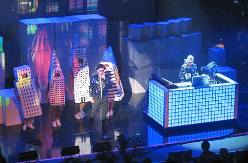 Dancing Buildings on Stage!