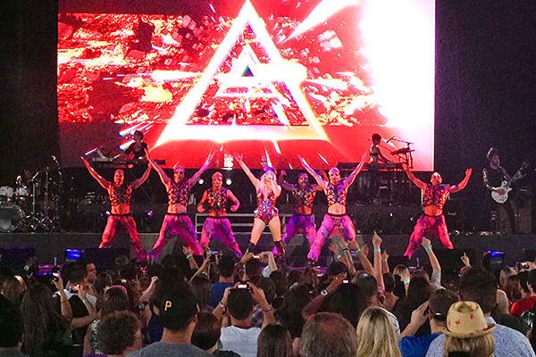 <nobr>Ke$ha</nobr> Dances