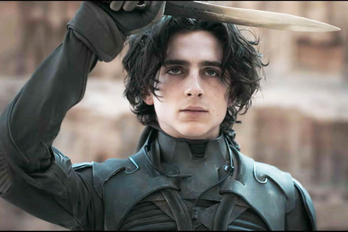 Paul Atreides holds up a knife in DUNE